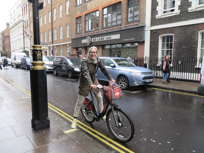 Jessica mit dem Santander Cycle in London unterwegs